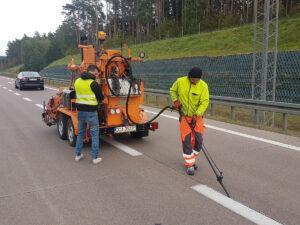 Prace drogowe z zalewarką szczelin Strassmayr RWK